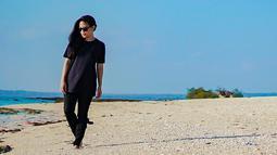 Saat berlibur di pantai, Kikan juga tetap mengenakan busana serba hitam. Ia juga mengenakan kacamata berwarna hitam sebagai pelengkap. (Liputan6.com/IG/@kikankikan)