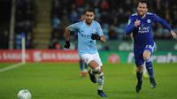 Pemain Manchester City, Riyad Mahrez dan pemain  Leicester City, Christian City mengejar bola saat perempat final Piala Liga Inggris di Stadion King Power, Rabu (19/12). Man City ke semifinal usai mengalahkan Leicester via adu penalti 3-1. (AP/Rui Vieira)