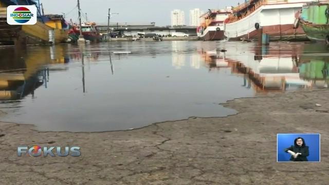 Memasuki hari keempat, banjir rob masih menggenangi area Pelabuhan Perikanan Nizam Zachman, Muara Baru. Bahkan air mulai naik ke jalan raya pada siang hari.