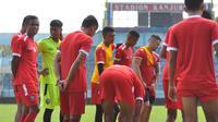 Para pemain Arema FC berlatih di Stadion Kanjuruhan (15/2/2019). (Bola.com/Iwan Setiawan)
