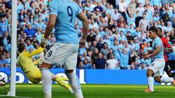 Striker Manchester City Sergio Aguero (dua dari kanan) berhasil memperbesar keunggulan pada pertandingan sepak bola Liga Inggris antara Manchester City vs Manchester United di Stadion Etihad, Manchester (22/09/13). (AFP/Andrew Yates)