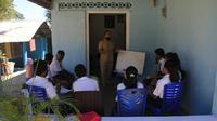 Foto: Guru dan pelajar SMP Negeri 6 Kota Kupang sedang melakukan pembelajaran tatap muka (Liputan6.com/Ola Keda)