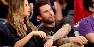 Vokalis utama Maroon 5, yakni Adam Levine mengungkapkan kisah lucunya tentang Behati Prinsloo yang menjalani kehamilan anak pertamanya. (AFP/Bintang.com)