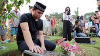 Billy Syahputra ziarah ke makam Olga Syahputra (Deki Prayoga/bintang.com)
