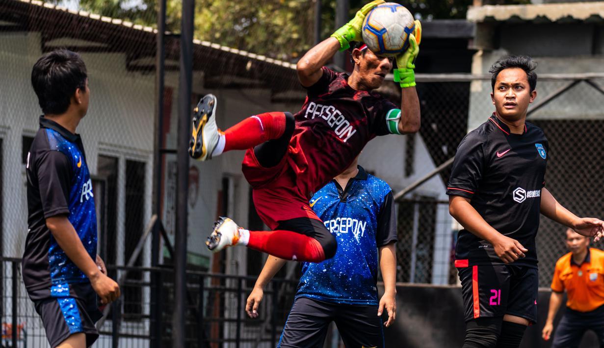 Kiper menangkap bola saat laga final Pertamax Liga Ayo Mini Football Tangerang di Lapangan Sabnani Park, Tangerang, Minggu (25/8). PSPG berhasil menang atas Persepon melalui adu penalti. (Dokumentasi)