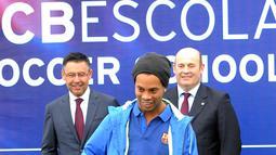 Pada kedatangannya ini, Ronaldinho memberikan pelatihan kepada para pesepak bola cilik. (AFP/Handout)