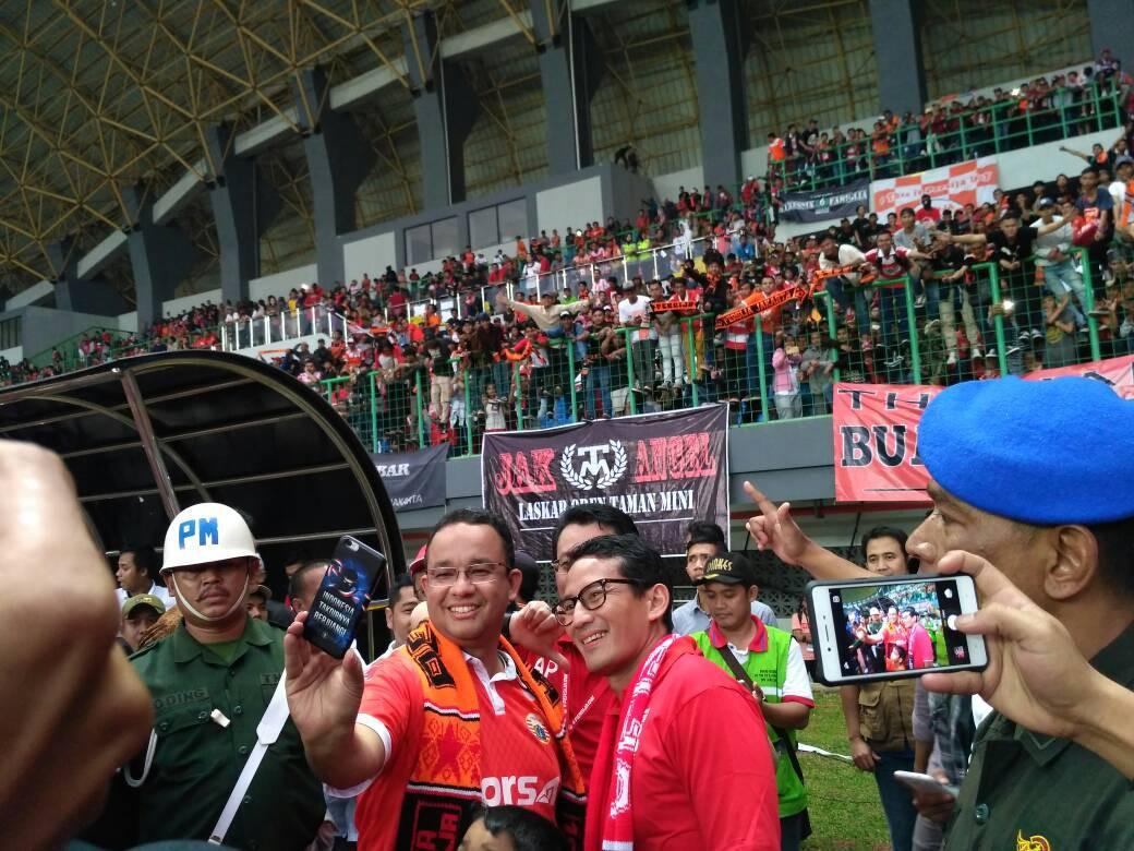 Anies-Sandi di Stadion Patriot Candrabhaga, Jalan Guntur Raya, Kayuringin Jaya, Bekasi Selatan, Jawa Barat (Liputan6.com/Rezki Apriliya)
