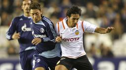 1. Mesut Ozil (Arsenal) - Pada tahun 2005 dirinya bergabung dengan akademi junior Schalke 04 hingga akhinya mendapat kontrak profesional. Gelandang asal Jerman ini berhasil menjelma menjadi salah satu playmaker terbaik dunia. (AFP/Diego Tuson)