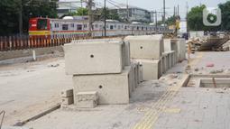 Suasana proyek pembangunan jalan inspeksi di Jalan Kemuning, Pasar Minggu, Jakarta, Minggu (24/11/2019). Pemprov DKI membangun proyek jalan inspeksi untuk mengurai kemacetan di Jalan Raya Pasar Minggu serta di permukiman di sekitar perlintasan kereta api. (Liputan6.com/Immanuel Antonius)
