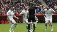 Para pemain Real Madrid melakukan protes kepada wasit saat melawan Sporting de Gijon pada lanjutan La Liga di El Molinon Stadium, Gijon,(15/42017). Real Madrid menang 3-2. (EPA/Alberto Morante)