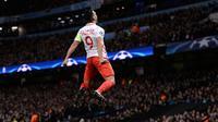 Penyerang AS Monaco, Radamel Falcao melakukan selebrasi usai mencetak gol ke gawang Manchester City pada Leg pertama 16 besar Liga Champions di stadion Etihad, Inggris (22/2). Falcao mencetak dua gol di pertandingan ini. (AFP Photo / Oli Scarff)