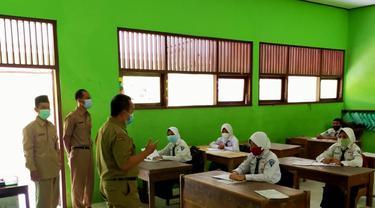 Uji coba pembelajaran tatap muka sekolah formal di Kabupaten Blora, Jawa Tengah. (Liputan6.com/Ahmad Adirin)