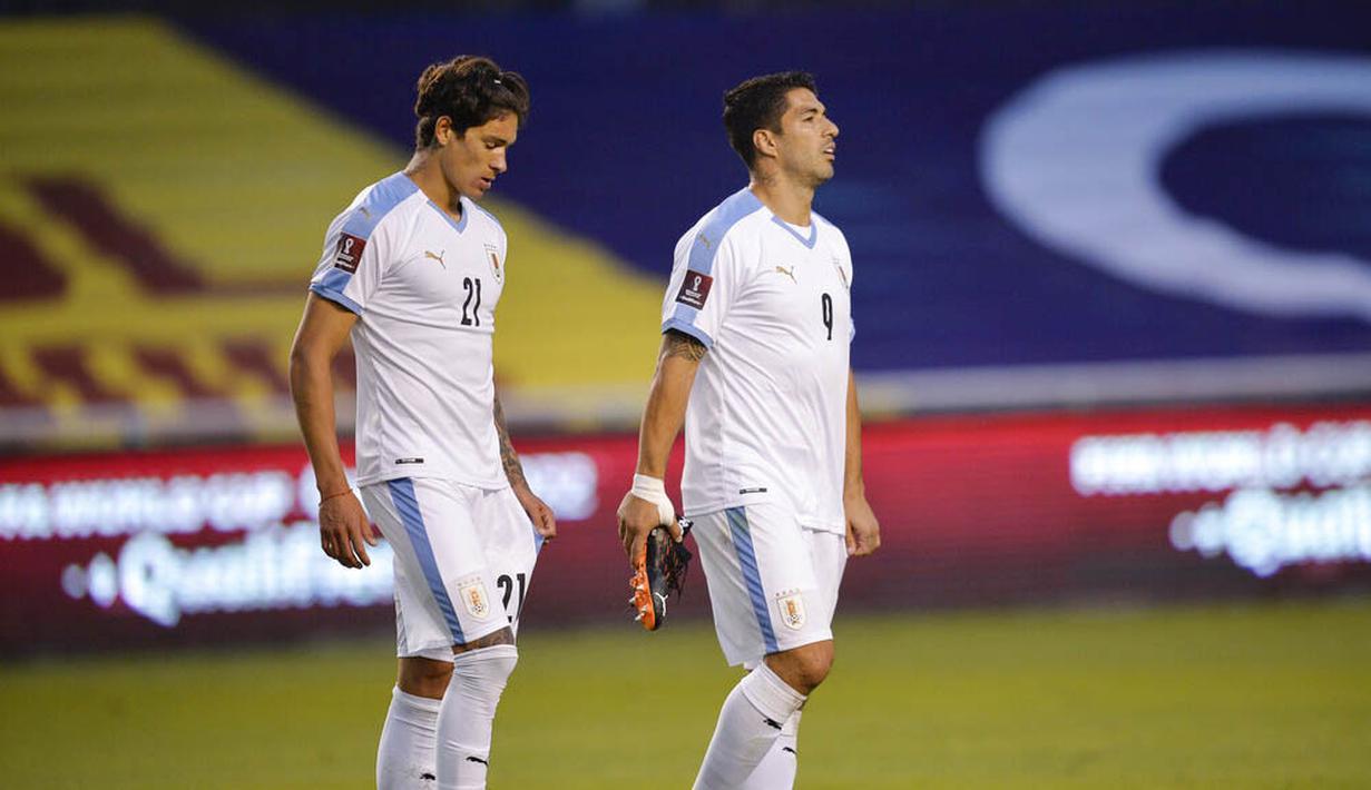 Pemain Uruguay, Luis Suarez dan Darwin Nunez, tampak lesu usai ditaklukkan Ekuador pada laga kualifikasi Piala Dunia 2022 di Stadion Casa Blanca, Rabu (14/10/2020). Ekuador menang dengan skor 4-2. (Rodrigo Buendia/Pool via AP)