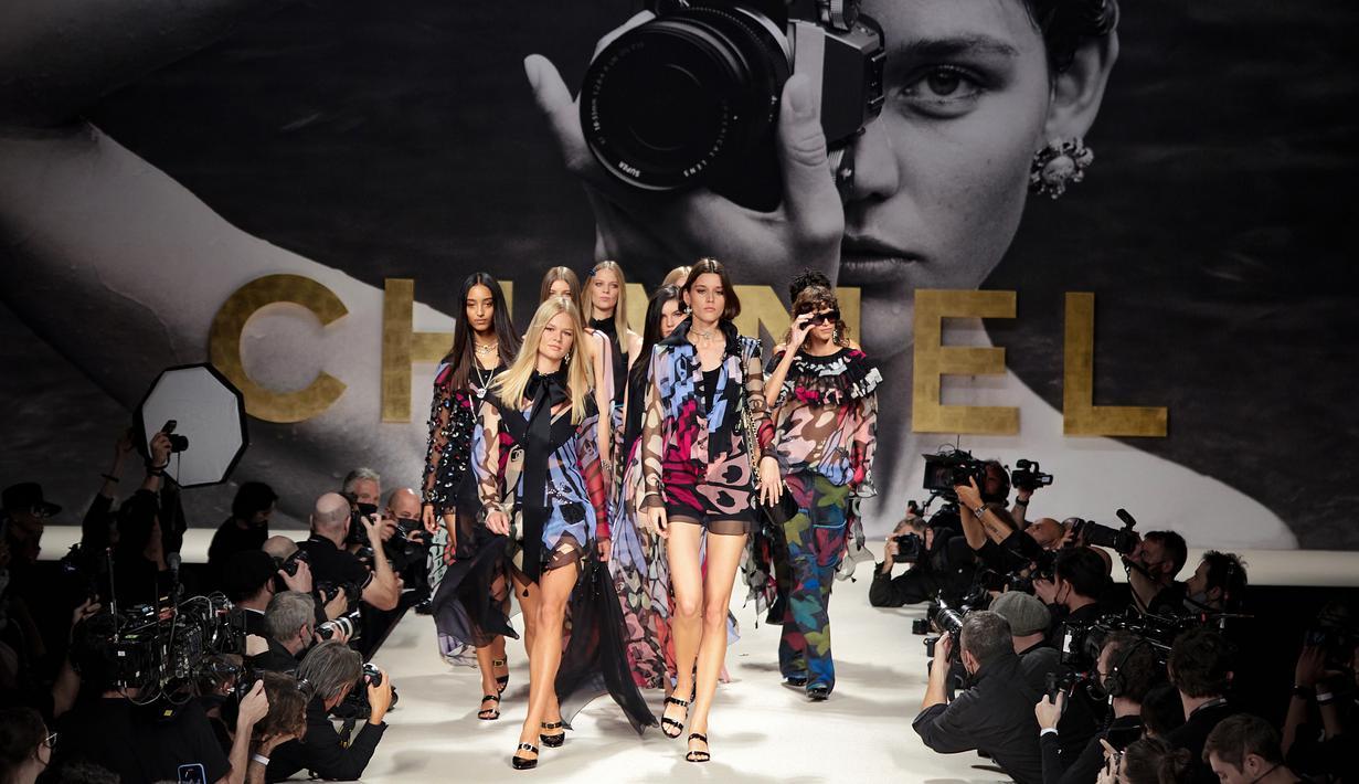 Undangan untuk menyaksikan runway Chanel Spring-Summer 2022 Ready-to-Wear dibuat seperti potret hitam putih, yang mengingatkan masa di mana Karl Lagerfeld suka memotret sendiri untuk kampanye Chanel. Foto: Document/Chanel.