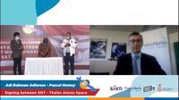 Penandatanganan MoU tentang konstruksi satelit Satria oleh PSN dan pihak Thales Alenia Space selaku kontraktor satelit (Foto: Livestreaming Mou)