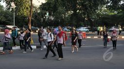 Kondisi kawasan Sudirman saat jam pulang kantor, Jakarta, Rabu, (22/4/2015). Adanya pengalihan arus untuk KAA membuat mereka terpaksa jalan kaki. (Liputan6.com/Johan Tallo)