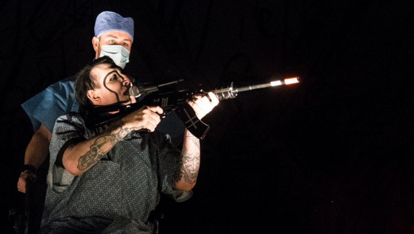 Marilyn Manson mengarahkan senapan kosong ke arah penonton di konsernya (FoxNews)