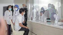 Wakil Menteri Kesehatan Dante Saksono Harbuwono menjalani pendataan sebelum disuntik vaksin virus corona COVID-19 di RSCM, Jakarta, Kamis (14/1/2021). Menteri Kesehatan Budi Gunadi Sadikin menuturkan, tahap awal program vaksinasi COVID-19 akan menyasar tenaga kesehatan. (Liputan6.com/Faizal Fanani)