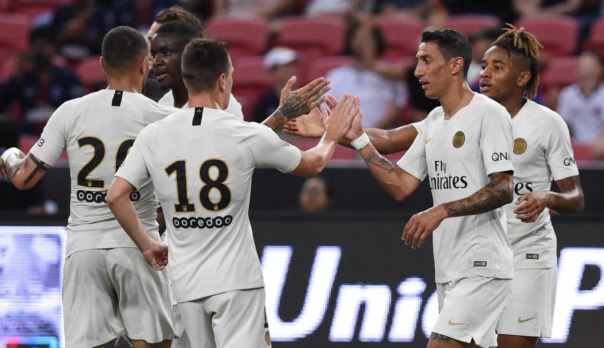 Para pemain Paris Saint-Germain (PSG) merayakan gol yang dicetak oleh Christopher Nkunku ke gawang Atletico Madrid pada laga ICC 2018 di Stadion Nasional Singapura, Senin (30/7/2018). PSG menang 3-2 atas Atletico Madrid. (AFP/Roslan Rahman)
