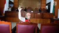 Terdakwa Ratna Sarumpaet memberikan salam dua jari Pengadilan Negeri (PN) Jakarta Selatan, Kamis (29/2). Ratna menjalani sidang dakwaan perdana atas kasus penyebaran berita hoaks yang menyebutkan wajah lebam. (Liputan6.com/Herman Zakharia)