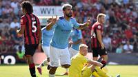 Striker Manchester City, Sergio Aguero, melakukan selebrasi usai membobol gawang Bournemouth pada laga Premier League 2019 di Stadion Vitality, Minggu (25/8). Manchester City menang 3-1 atas Bournemouth. (AFP/Glyn Kirk)