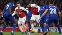 Gelandang Chelsea, Willian saat dilanggar bek Arsenal, Sokratis Papastathopoulos selama pertandingan lanjutan Liga Inggris di stadion Emirates di London (19/1). Arsenal menang 2-0 atas Chelsea. (AP Photo/Frank Augstein)