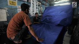 Aktivitas pekerja saat menyelesaikan sablon bendera partai politik di Percetakan Andalas Jaya, Jakarta, Rabu (2/1). Pedagang mengaku pemesanan naik hingga 60 persen dari bulan biasa. (Merdeka.com/Iqbal Nugroho)