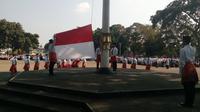 Regu santri pengibar bendera nampak menggunakan sarung pada HSN di Garut (Liputan6.com/Jayadi Supriadin)