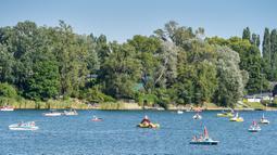 Orang-orang mendayung perahu di Danau Old Danube, Wina, Austria, 31 Juli 2020. Ibu kota Austria ini terkenal dengan musiknya. (Xinhua/Guo Chen)