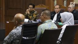 Terdakwa dugaan suap/gratifikasi terkait kerjasama pengangkutan dengan PT HTK yang juga anggota komisi VI DPR RI, Bowo Sidik Pangarso (kedua kiri) menyimak keterangan saksi saat sidang lanjutan di Pengadilan Tipikor, Jakarta, Rabu (20/8/2019). (Liputan6.com/Helmi Fithriansyah)