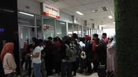 para penumpang Lion Air dan anak perusahannya, tampak mengular di pintu loket. Ada yang ingin mengembalikan tiket, ada pula yang meminta penjelasan, lantaran pesawat dibatalkan, di Bandara Juwata (Ady/Liputan6.com)
