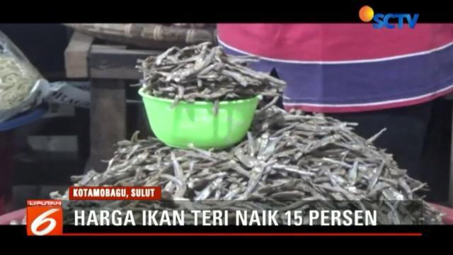 kenaikan harga ini dipicu oleh cuaca dan gelombang tinggi, sehingga nelayan kurang melaut dan stok berkurang.