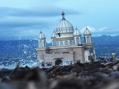 Kondisi Masjid Apung Palu, Rabu (3/4). Gempa berkekuatan 7,5 magnitudo yang disusul tsunami mengguncang Palu pada 28 September 2018. (OLAGONDRONK/AFP)
