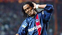 2. Ronaldinho – Mantan bintang Barcelona ini pernah bermain untuk PSG periode 2001-2003. Namun sayang legenda Brasil itu belum mampu memberikan trofi Liga Champions bagi klub ibu kota Prancis itu. (AFP/Jacques Demarthon)