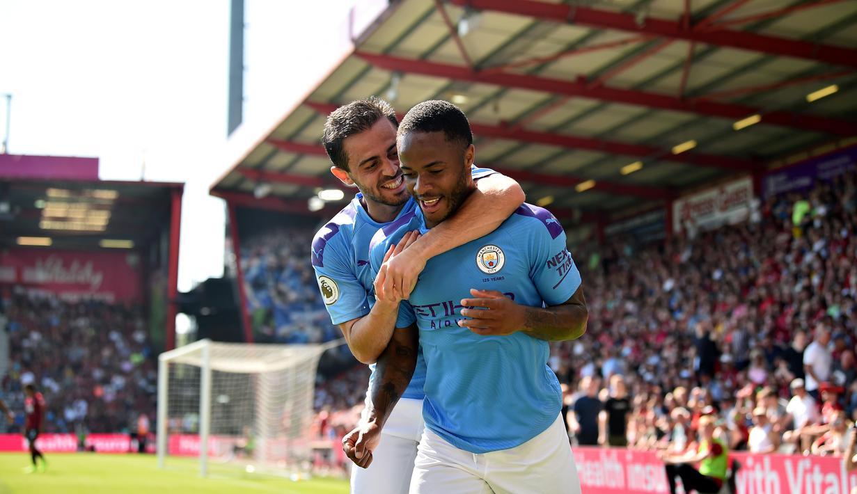 Pemain Manchester City, Raheem Sterling dan Bernardo Silva merayakan gol ke gawang Bournemouth pada laga Premier League 2019 di Stadion Vitality, Minggu (25/8). Manchester City menang 3-1 atas Bournemouth. (AFP/Glyn Kirk)