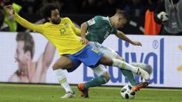 Bek Brasil, Marcelo, berebut bola dengan bek Jerman, Joshua Kimmich, pada laga persahabatan di Stadion Olympiastadion, Berlin, Selasa (27/3/2018). Jerman takluk 0-1 dari Brasil. (AP/Michael Sohn)