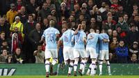 Pemain Manchester City merayakan gol yang dicetak oleh Bernardo Silva pada laga Piala Liga Inggris di Stadion Old Trafford, Rabu (8/1/2020). Manchester United kalah 1-3 dari Manchester City. (AP/Jon Super)