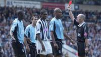 Wasit Mike Dean mengeluarkan kartu merah untuk Papa Bouba Diop (Sky Sports).