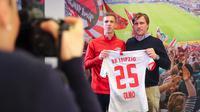 Gelandang baru RB Leipzig asal Spanyol, Dani Olmo bersama direktur olahraga Markus Kroesche berpose dengan jersey klub barunya di Leipzig, Jerman timur (27/1/2020). Dani Olmo bakal bermain di Red Bull Arena selama 4,5 tahun ke depan. (Jan Woitas/dpa/AFP)