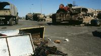 Ilustrasi iringan kendaraan militer Irak keluar dari Kuwait. (Sumber Wikimedia Commons/US Navy/PHC Holmes)