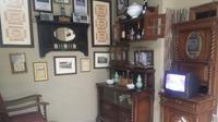 Salah satu sudut rumah Jopita Meilana disulap menjadi ruangan berisi koleksi barang antik. (Liputan6.com/Huyogo Simbolon)