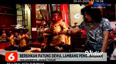 Menjelang Tahun Baru Imlek 2571, masyarakat Tionghoa di Jawa Timur mulai melakukan berbagai persiapan. Di kota Madiun, mereka mencuci dan membersihkan patung dewa, di tempat ibadah Tri Dharma.