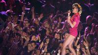 """Miley Cyrus menghibur penonton dengan membawakan single terbarunya """"Younger Now"""" sdi MTV Video Music Awards  2017 di Inglewood, California, AS (27/8). (Photo by Chris Pizzello/Invision/AP)"""