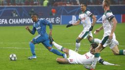 Gelandang Juventus, Douglas Costa, berusaha melewati pemain Lokomotiv Moscow pada laga Liga Champions di RZD Arena, Rabu (6/11). Lokomotiv Moscow takluk 1-2 dari Juventus. (AP/Alexander Zemlianichenko)