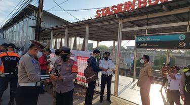 Warga yang menggunakan KRL diminta untuk menunjukan STRP di Stasiun Bojonggede.