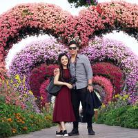 Betapa romantisnya foto dari Franda dan Samuel Zylgwyn ini. Suasana romantis semakin romantis dengan background bunga berbentuk hati. (foto: instagram.com/frandaaa87)