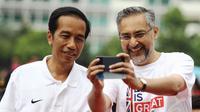 Dubes Inggris untuk Indonesia, Moazzam Malik (kanan) berfoto bersama Presiden Joko Widodo di kawasan Bundaran HI Jakarta, Minggu (30/11/2014). (Liputan6.com/Faizal Fanani)