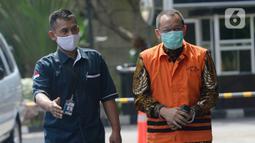 Mantan Sekretaris MA, Nurhadi dikawal petugas akan menjalani pemeriksaan di Gedung KPK, Jakarta, Rabu (17/6/2020). Nurhadi diperiksa sebagai saksi untuk menantunya Rezky Hebriyono terkait kasus dugaan suap gratifikasi pengurusan perkara di Mahkamah Agung Tahun 2011-2016. (merdeka.com/dwi narwoko)
