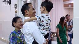 Presiden Joko Widodo menggendong Jan Ethes saat menjenguk kelahiran La Lembah Manah didampingi Ibu Negara Iriana di RS PKU Muhammadiyah, Surakarta, Jumat (15/11/2019). Jokowi tampak mesra dengan cucu keduanya tersebut. (Foto: Kris-Biro Pers Sekretariat Presiden)