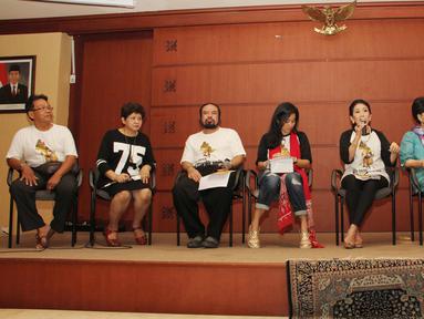 Sejumlah artis dan aktor gelar konferensi pers usai latihan pertunjukan wayang orang dengan lakon Lahirnya Parikesit di Jakarta, Sabtu (21/3/2015). Pertunjukan itu akan digelar di Teater Jakarta TIM pada 26 Maret mendatang. (Liputan6.com/Helmi Afandi)